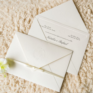 Convite simples com laço de cetim