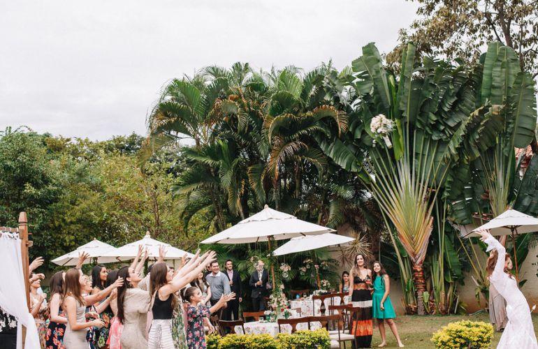 Fotos de casamento jogando o buquê